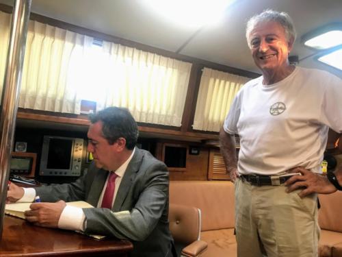 8.-Juan Espadas firma en el libro de honor del PROS
